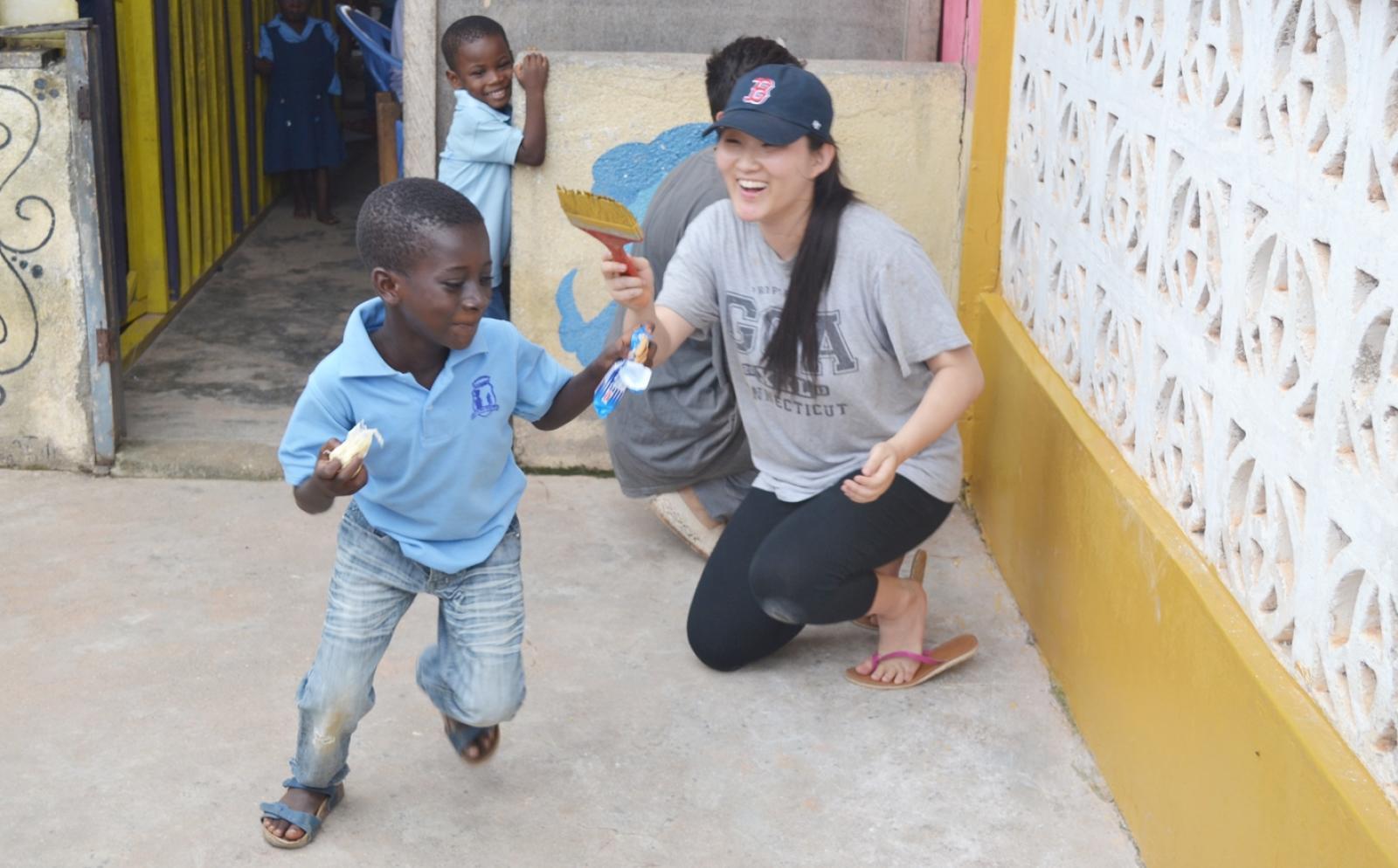 ガーナの子供たちと教育施設の修繕に取り組む建築ボランティア